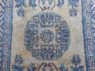 120 x 63 cm  China ANTIQUE carpet. First quarter XX century. Wool on cotton foundation.   In very good conditions (only 3/4 little restores, look the pictures). Original ends and selvedges. No repils.   Original colours  ...