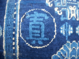 123 x 66 cm Antique Chinese carpet knotted in Sichuan district. Very good condition: full pile, no repils, original ends and selvedges, no stains, only one old restor. Four ideograms of history General MA-BUFANG. Washed and read  ...