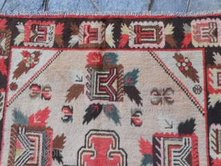 262 x 144 cm. is the size of this carpet. Quality East-Turkestan Kasghar gol farang in perfect conditions. Wool on cotton. Other photos on request. carpet age about 80/90 years old.
