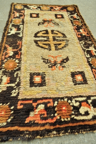 """Small Chinese rug, 19th c. - 24"""" x 42"""" - 61 x 107 cm."""