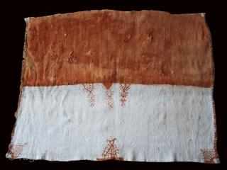 """Headscarf Adrar cod. 0735. Wool traditional dyes (henna). Feija territory. Morocco. 20TH. century. Dimension cm. 101 x 83 (40"""" x 33"""")."""