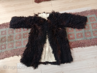 fantastic longhair sheep skin from northwest china alashan desert area. beautifull braun black fine wool. it dates from not later than beginning 20th century, as the material and making  is similar  ...