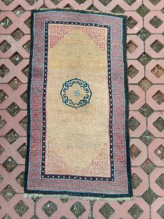 very beautiful early tibetan khaden , wonderfull natural palette, heavy weave , big knot, some foundation visible in the field (more visble on the images than in reality). .78x 145cm rare today