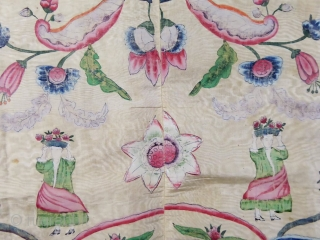 Rare Chinese painted silk for export to Europe 18c (Indies company). Hanging or bedspread pencilled on cream watersilk; Mixing of chinese elements with European figures in Roccoco early style. Good condition but  ...